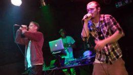 Die St. Pöltner Hip Hop Artists Flo Knixx & Nasty DNA + DJ Kex während ihrer Performance anlässlich der Hip Hop Jamsession im Musikcafé Egon. Foto © Claudia Zawadil
