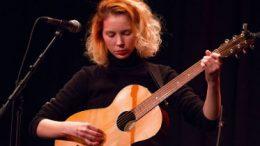Mira Lu Kovacs, Sängerin von Schmieds Puls, bei der Auftaktveranstaltung Kulturhauptstadt Europa 2024 in der Bühne im Hof. Foto @ Claudia Zawadil, City-Flyer
