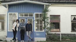 """Scurf sind (v.l.n.r.) Felix """"Felice"""" Schnabl (voc./ guit.), Constantin """"CJ"""" Jacobs (b.) und Laurenz """"Kofi"""" Köfler (dr.). Foto © Marlene Vallaster, z.V.g."""