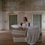 """Film Still aus dem neuen Musikvideo """"Play Pretend"""" von Sinikka Monte, © Martino Le"""