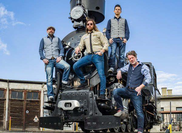 """The Ridin' Dudes mit der Dampflokomotive Mh.6 beim Covershooting für die neue CD """"Ridin' on a train"""". Foto © NÖVOG / Bollwein"""