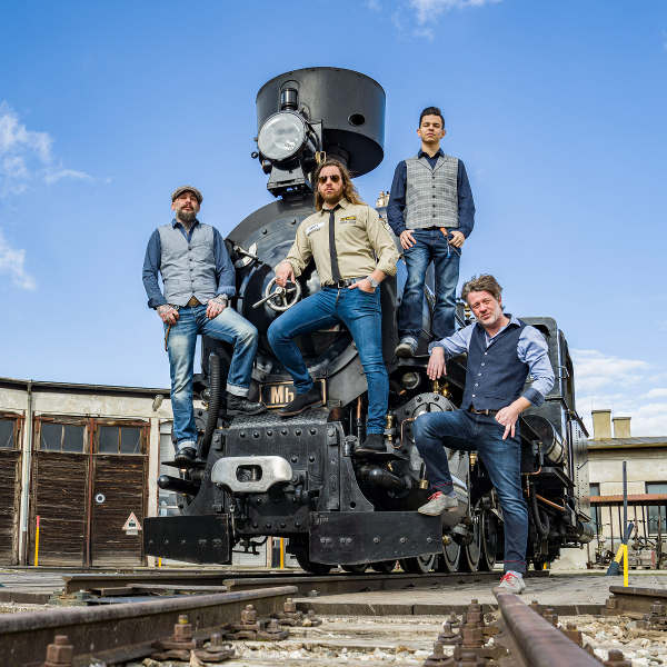 "The Ridin' Dudes mit der Dampflokomotive Mh.6 beim Covershooting für die neue CD ""Ridin' on a train"". Foto © NÖVOG / Bollwein"