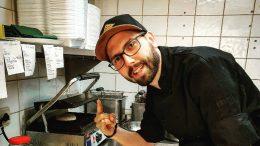 Marco Fuxsteiner beim Zubereiten seiner exquisiten Burger. Foto: privat