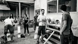 Freiluft und Kultur: Die fuk-Crew (alle in weiß): Janina Koroschitz, Klaus-Michael Urban, Dragan Boroja (mit Hut) und Oliver Bollwein. Foto: Hanna Partaj