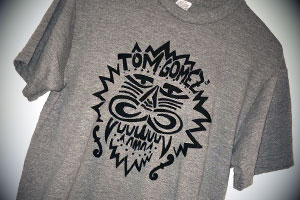 Gewinne 1 T-Shirt vom Tom Gomez-Duo