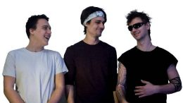 Jangoony sind v.l.n.r.: Julian (bass, voc.) und Phillip Neuhauser (voc., guit.) und Jonathan Idinger (dr.) Foto: privat